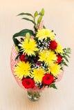 Boeket van rozen en chrysanten op vloer royalty-vrije stock afbeelding