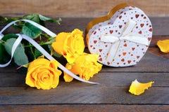 Boeket van rozen en een gift, de dag van de valentijnskaart Stock Fotografie