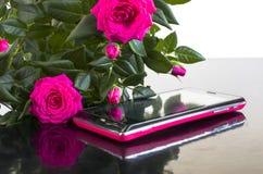 Boeket van rozen en een smartphone Stock Foto