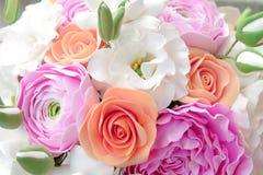 Boeket van rozen en gerberas royalty-vrije stock fotografie
