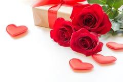 Boeket van rozen en harten op witte achtergrond De kaart van de valentijnskaart `s Sluit omhoog stock afbeeldingen