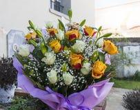Boeket van rozen en lelie in een tuin Royalty-vrije Stock Fotografie