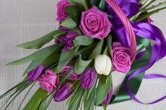 Boeket van rozen en tulpen stock foto