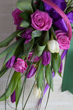 Boeket van rozen en tulpen stock afbeeldingen