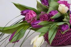 Boeket van rozen en tulpen royalty-vrije stock fotografie