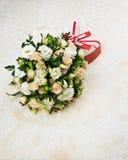 Boeket van rozen, eustomy en pistaches met een huwelijksgift Royalty-vrije Stock Afbeelding