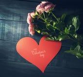 Boeket van rozen met document hart op een blauwe houten achtergrond Stock Foto's