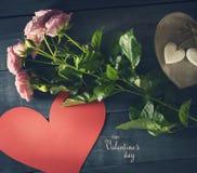 Boeket van rozen met document hart op een blauwe houten achtergrond Stock Fotografie