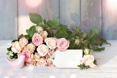 Boeket van rozen met een kaart voor een bericht Stock Foto