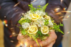 Boeket van rozen op de uitgestrekte handen als gift voor de vakantie, feestelijke atmosfeer royalty-vrije stock foto's