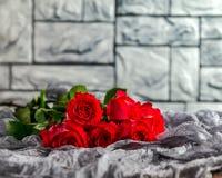 Boeket van rozen op een grijze achtergrond Stock Foto