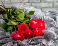Boeket van rozen op een grijze achtergrond Stock Fotografie