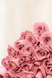 Boeket van rozen op een langzaam verdwenen document als achtergrond Royalty-vrije Stock Foto