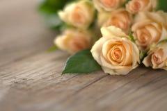 Boeket van rozen op houten grond Stock Fotografie
