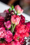 Boeket van rozen, pioenen, granaatappels Stock Foto