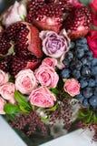 Boeket van rozen, pioenen, granaatappels en druiven Royalty-vrije Stock Afbeelding
