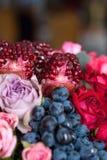 Boeket van rozen, pioenen, granaatappels en druiven Royalty-vrije Stock Afbeeldingen