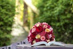 Boeket van rozen in tuin Royalty-vrije Stock Fotografie