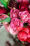 Boeket van rozen, tulpen en granaat Royalty-vrije Stock Fotografie