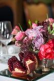 Boeket van rozen, tulpen en granaat Royalty-vrije Stock Afbeeldingen