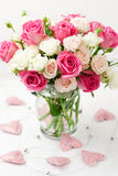 Boeket van rozen in vaas royalty-vrije stock afbeeldingen