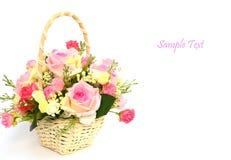 Boeket van rozen in witte mand met ruimte voor tekst Royalty-vrije Stock Afbeelding