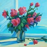Boeket van scharlaken rozen bij open venster met een mening van het overzees, stock afbeeldingen