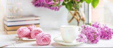 Boeket van seringen, kop van koffie, eigengemaakte heemst en stapel boeken op Romantische de lenteochtend van de venstervensterba royalty-vrije stock foto's