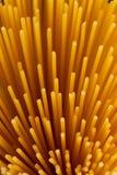 Boeket van spaghetti op een donkere achtergrond stock afbeeldingen