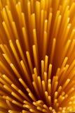 Boeket van spaghetti op een donkere achtergrond stock fotografie