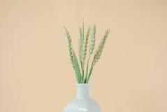 Boeket van tarweaartjes in witte vaas stock afbeeldingen