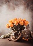 Boeket van tot bloei komende gele rozen in uitstekende vaas stock fotografie