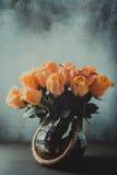 Boeket van tot bloei komende gele rozen in uitstekende vaas royalty-vrije stock afbeeldingen