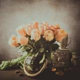 Boeket van tot bloei komende gele rozen in uitstekende vaas royalty-vrije stock foto