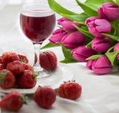 Boeket van tulpen, aardbei en wijn stock foto