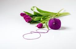 Boeket van tulpen dichtbij de bal van garen met naalden Stock Afbeeldingen