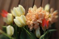 Boeket van tulpen en gele narcissen stock foto's
