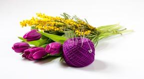 Boeket van tulpen en Mimosa's dichtbij de bal van garen met naalden Stock Foto