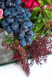 Boeket van tulpenrozen, granaatappels en druiven Stock Foto's