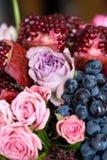 Boeket van tulpenrozen, granaatappels en druiven Stock Foto