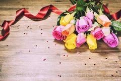 Boeket van veelkleurige rozen, close-up St Valentine ` s groetca Stock Afbeelding
