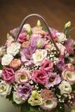 Boeket van verschillende bloemen in de houten doos Hoogste mening stock fotografie