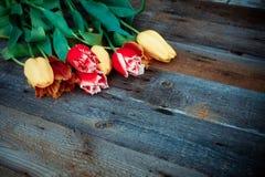 Boeket van verse kleurrijke tulpen over rustieke houten achtergrond Stock Fotografie