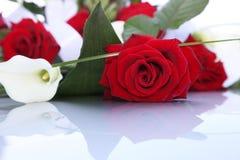 Boeket van verse rode rozen en aronskelklelies Stock Foto