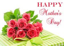 Boeket van verse roze die rozen met gift op wit wordt geïsoleerd Stock Afbeeldingen