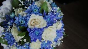 Boeket van verse rozen Feestelijk boeket van verse bloemen Het bruids boeket van het huwelijk De bloemen van Weding stock footage