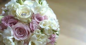 Boeket van verse rozen Het bruids boeket van het huwelijk stock video