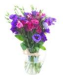 Boeket van violette en mauve eustomabloemen Stock Foto