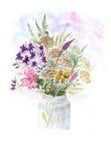 Boeket van waterverf kleurrijke wildflowers in glasvaas royalty-vrije illustratie