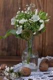 Boeket van wilde bloemen in de stijl van de Provence met noten Stock Afbeelding